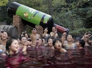 les-japonais-se-baignent-dans-du-vin_5650de